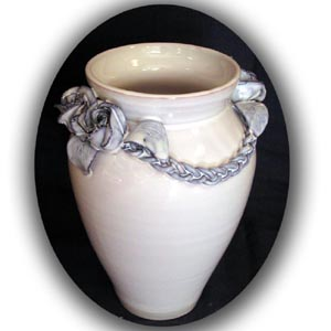 Vase roses et tresses bleutées